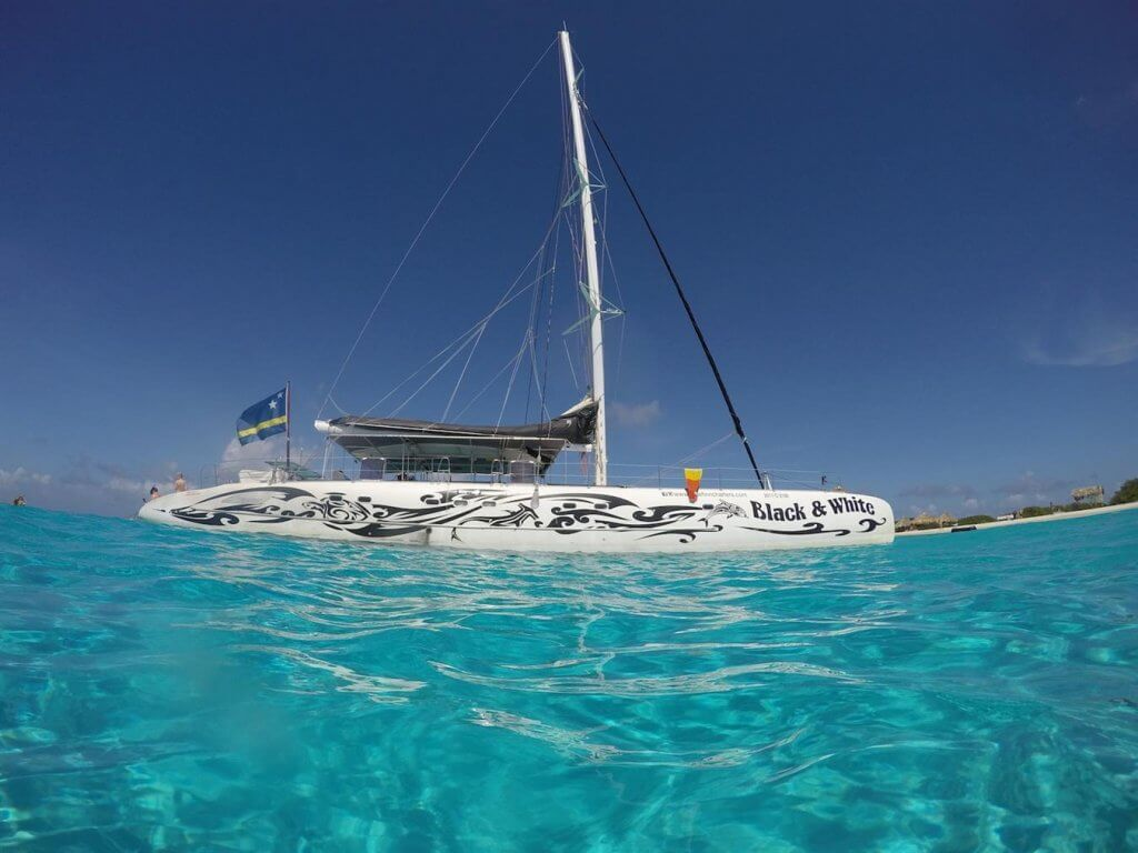 Excursie Klein curacao Catamaran Black White